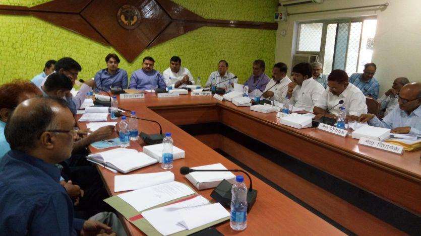 झूठे हैं जौनपुर में विकास के दावे, सांसदों ने अधिकारियों को लगाई फटकार