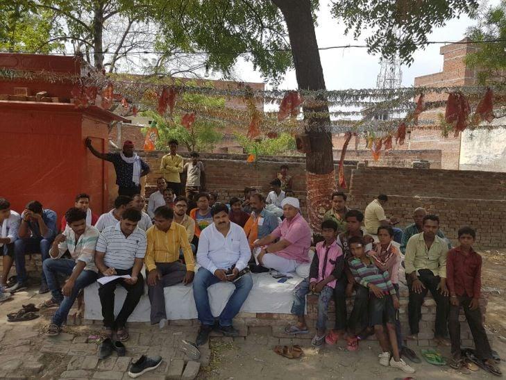 सपा प्रत्याशी की दबंगई, अनशन पर विधायक पुत्र