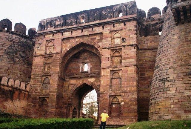 जौनपुर की शाही इमारतों के भीतर होता है गंदा धंधा