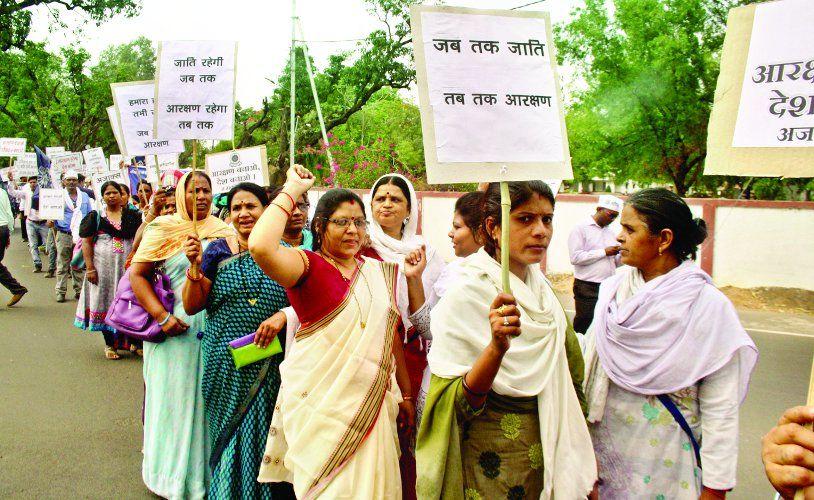 पदोन्नति नियम बनाने दिया धरना, निकाली रैली