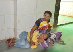 गर्मी में तड़पते रहे बच्चे, डॉक्टर गायब