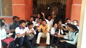 फेल छात्रों का यूनिवर्सिटी में हंगामा, अधिकारी नहीं मिलने पर गेट में जड़ा ताला