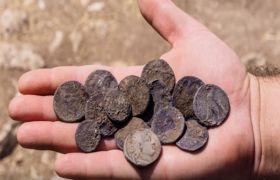 इजरायल में 2,140 साल पुराने दुर्लभ चांदी के सिक्के मिले