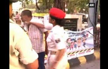 'लेडी दबंग' ने ऑटो चालक को सरेआम मारे चांटे, देखें ये वीडियो