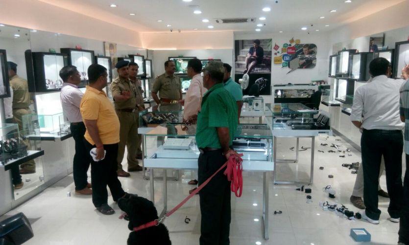 पुलिस चौकी के बगल से एक करोड़ की घडिय़ा पार कर गए चोर