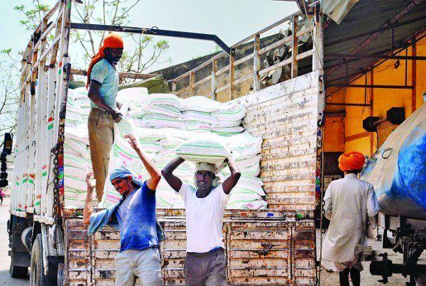 सरकार बाजार से महंगा बेच रही किसानों को खाद