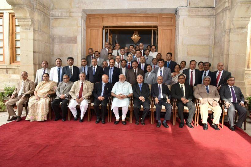 पंडित नेहरू के बाद पीएम मोदी ने हाईकोर्ट में न्यायाधीशों संग पी 'चाय'