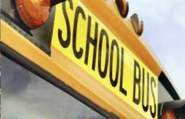 स्कूल बस दुर्घटनाग्रस्त,ड्राइवर की मौत,11 विद्यार्थी घायल
