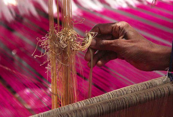 गरीबी के धागों से बुन रहे बनारस का हुनर