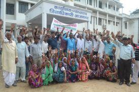 कोटेदार के खिलाफ ग्रामीणों ने डीएम कार्यालय का घेराव किया