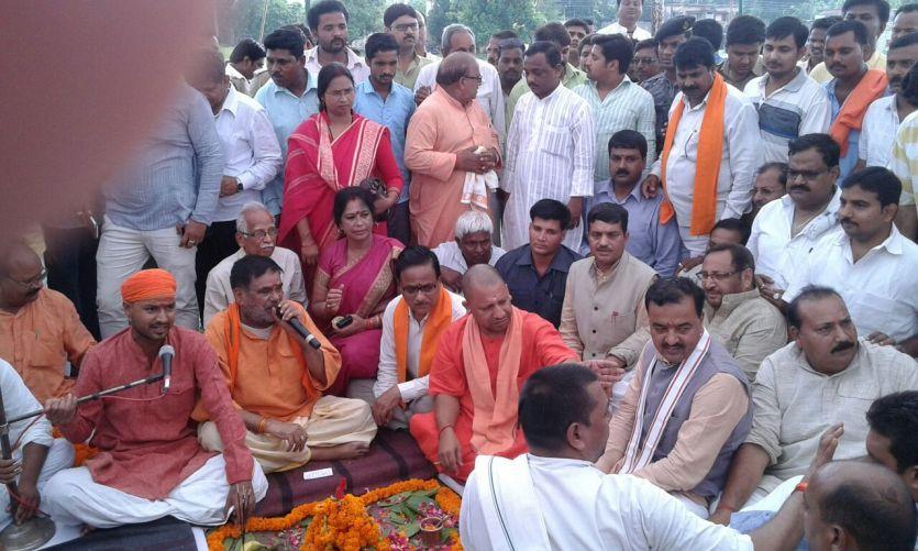 पीएम मोदी के रैली स्थल पर केशव प्रसाद मौर्या ने किया भूमिपूजन