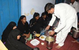 फैजाबाद में राज्यमंत्रीपवन पाण्डेयने अपने हाथों से गर्भवती महिलाओं को परोसा भोजन