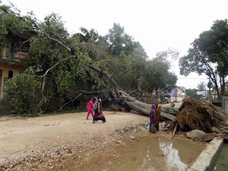 जौनपुर : दर्जनों घर गिरे, बिजली व्यवस्था ठप