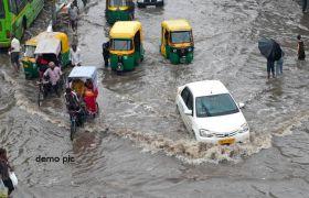 बारिश से गिरे तीन मकान, रास्तों पर जलभराव