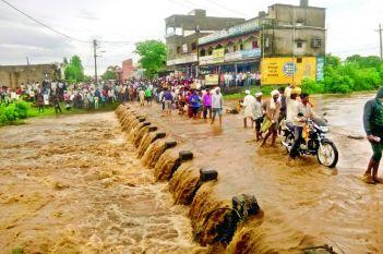 जोरदार बारिश के बाद गौतमा नदी उफान पर