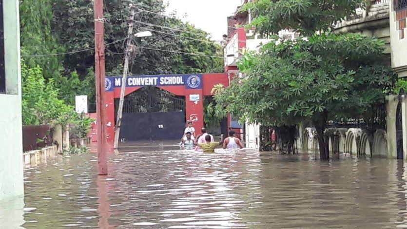 मूसलाधार बारिश के कारण लटका स्कूलों पर ताला