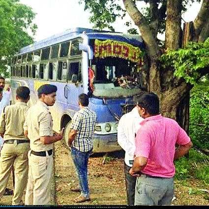 हादसा: पेड़ में टकराई बस, दर्जनभर यात्री घायल