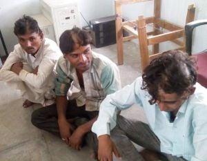 चार युवकों के काटे बाल और मूछ