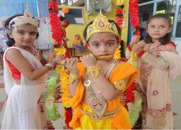 #Janmashtami- बच्चों ने श्रीकृष्ण एवं राधा की मनमोहक झाॅकी प्रस्तुत की
