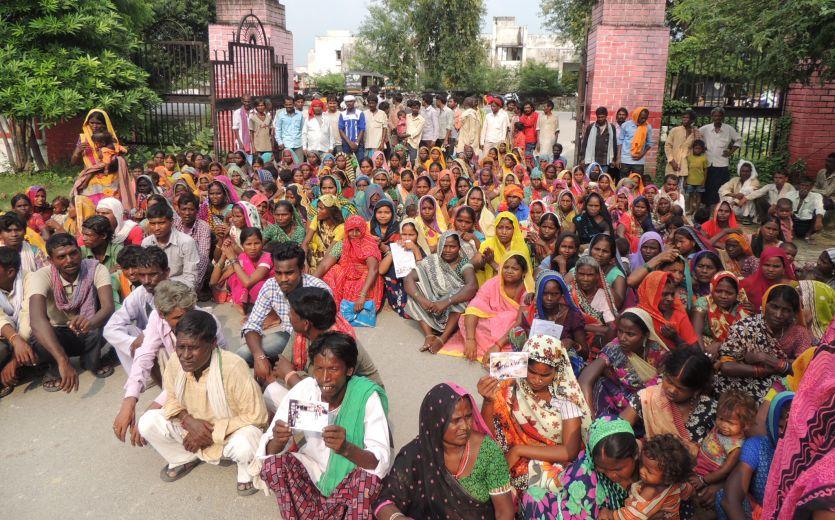 मूलभूत सुविधाओं से वंचित वनवासियों व दलितों ने किया प्रदर्शन