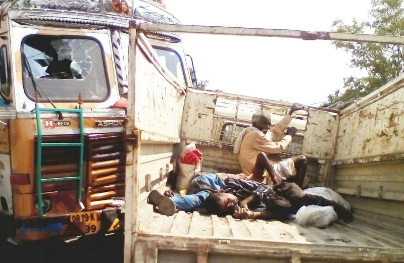 पिकप वैन ट्रक से टकराई, सात घायल
