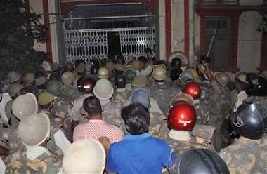 बीएचयू में छात्रों का गुट आपस में भिड़ा, जमकर हंगामा व मारपीट