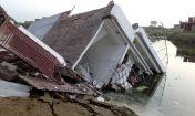 बाढ़ ने मचाया इतना खौफ कि अपने मकानों में भी जाने से डर रहे लोग
