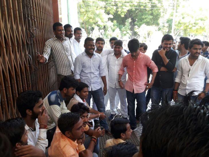 चुनाव से पहले सुलगा काशी विद्यापीठ, छात्रों का जमकर हंगामा