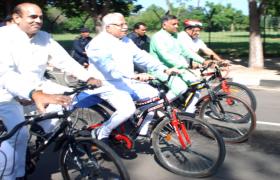 साइकिल पर सदन में पहुंची सरकार, सैनी बने रोल मॉडल