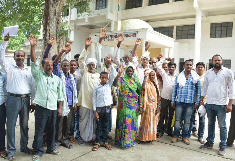 डीएम ने नहीं सुना दर्द, ग्रामीणों ने मंडलायुक्त कार्यालय पर किया प्रदर्शन