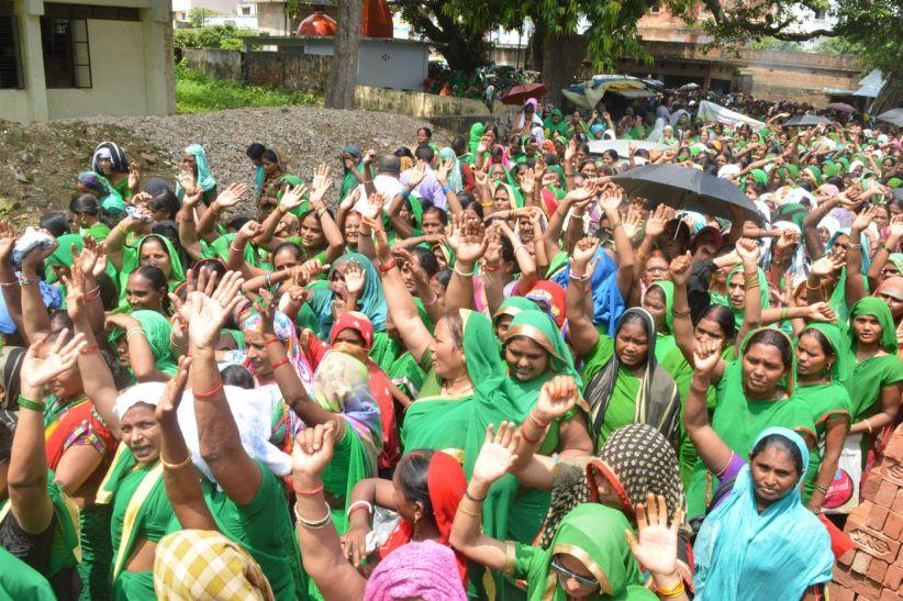 सरकार से नाराज आंगनबाड़ी कार्यकत्रियों ने किया प्रदर्शन