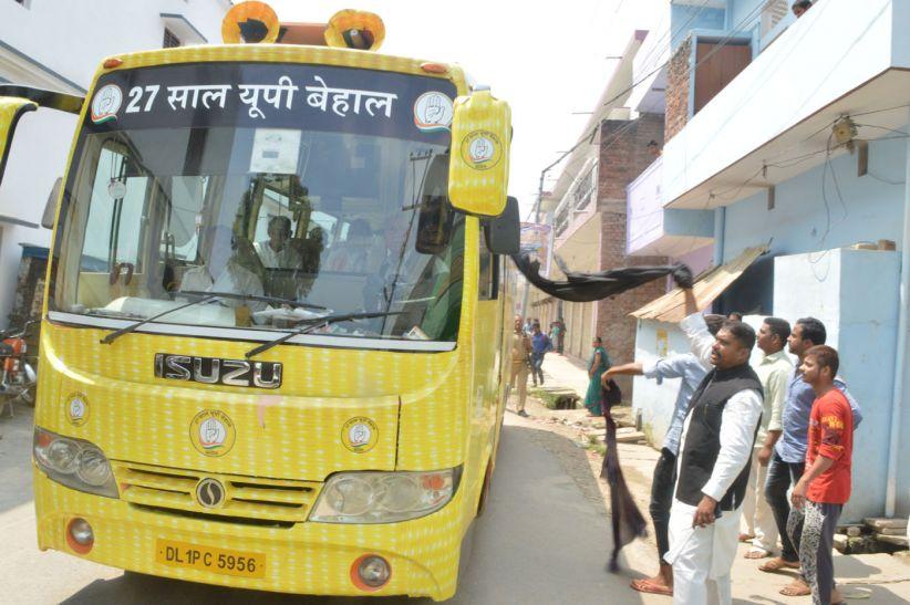 आजमगढ़ में शीला दीक्षित का विरोध,दिखाया गया काला झंडा