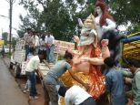 पंडालों में विराजेंगे लंबोदर, प्रतिमाएं ले जाने उमड़ रही युवाओं की भीड़