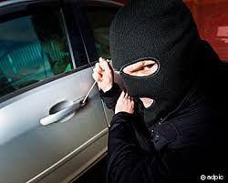 चोरों को नहीं पुलिस का डर, खड़ी कार से उड़ा लिया लैपटॉप