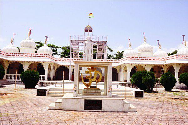 बाहुबली की 21 फीट मूर्ति में झलकी जैन धर्म की संपूर्णता
