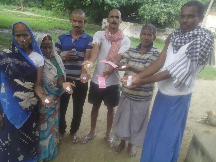 स्वास्थ्य विभाग ने ग्रामीणों में बांटी एक्सपायर दवाएं, मचा कोहराम