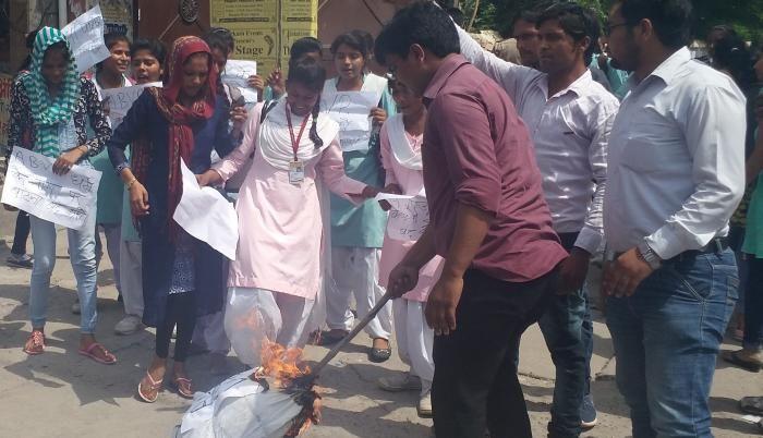 छात्राओं ने विद्यार्थी परिषद का पुतला फूंका, सांप्रदायिकता फैलाने का आरोप