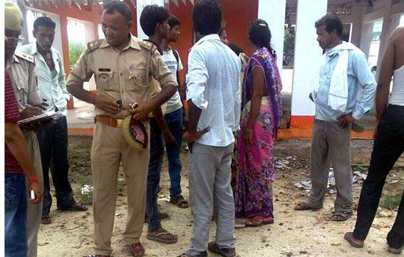 लाठी से पीटकर युवक की हत्या, दो घायल