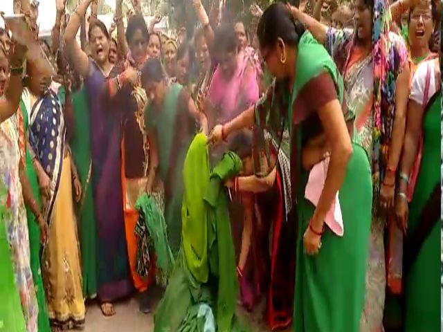 सड़क पर उतर महिलाएं जलाने लगी अपनी साड़ी, जुटी भारी भीड़, देखें वीडियो
