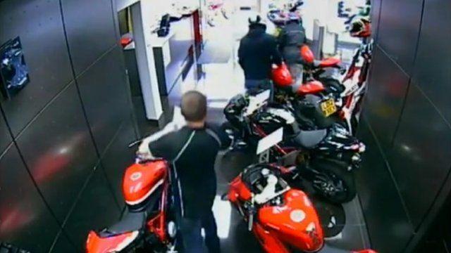 बाइक लूट की घटना को दबाने में जुटी पुलिस