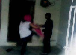 कथित अफेयर पर लड़की का फूटा गुस्सा, घर से बहार निकाल लड़के की च्प्पलों से कर दी पिटाई
