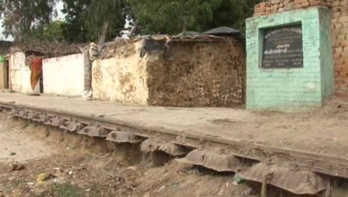 नपा का कारनामा, रेलवे ट्रैक पर ही बना दी सड़क!