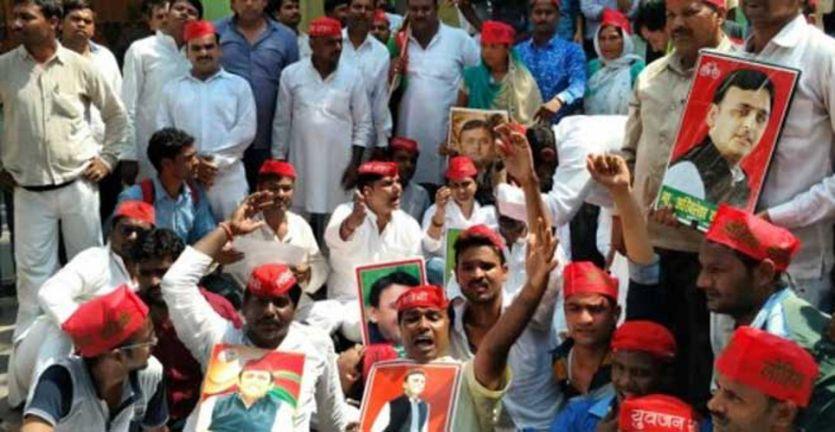 लखनऊ से बाराबंकी पहुंची चाचा-भतीजे की लड़ाई, सड़कों पर उतरे नेता