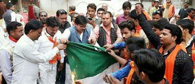 उड़ी आतंकी हमला: शिवसेना ने पाकिस्तान का झंडा और नवाज शरीफ के पोस्टर फूंके