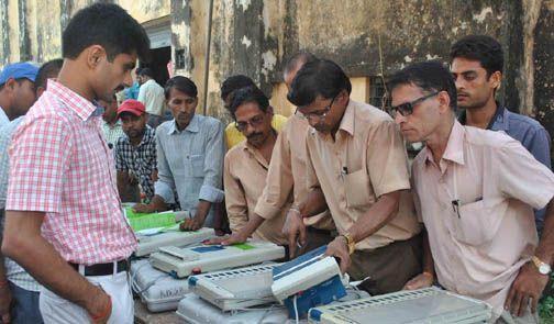 तमिलनाडु से आयी वोटिंग मशीनों का डीएम ने किया निरीक्षण