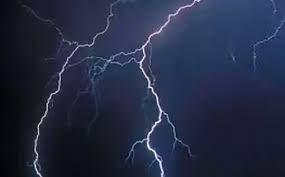 आकाशीय बिजली से पूर्व प्रधान की मौत, दो घायल