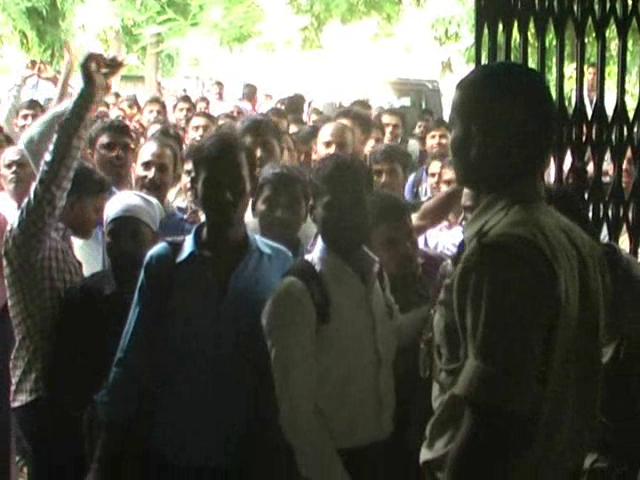 बीटीसी के प्रशिक्षण चयन को लेकर छात्रों का जमकर हंगामा, फोर्स तैनात