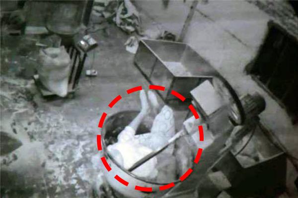 आटा मेकर मशीन में फंसा 22 साल का लड़का,CCTV में कैद हुई मौत