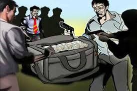 सशस्त्र बदमाशों ने सेल्समैन को आतंकित कर ढ़ाई लाख लूटा
