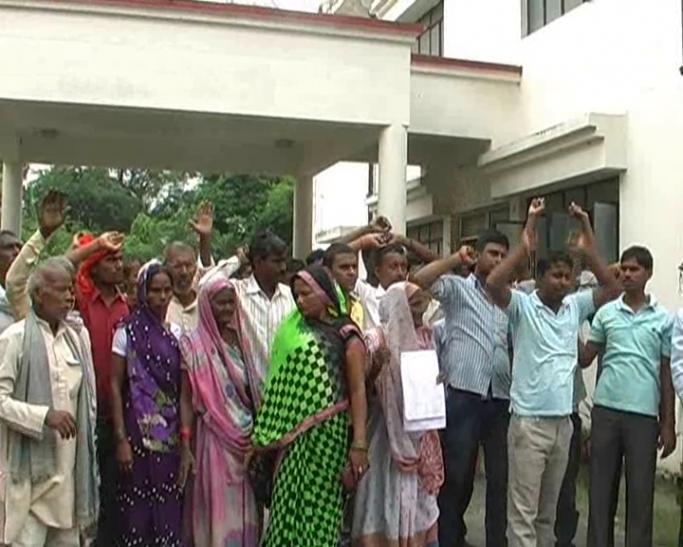 आजमगढ़ में कोटेदारों की दबंगई जारी, ग्रामीण आये दिन कर रहे प्रदर्शन